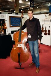 Alter Jacquet Bass mit jungem, stolzen Restaurateur