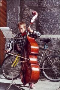 Der Meisterbassist Andre Pousaz mit 12 Jahren